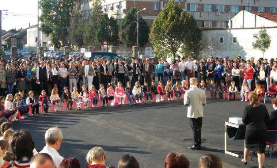 Erdély-szerte több mint 163 ezer diák kezdte meg ma az iskolát magyarul