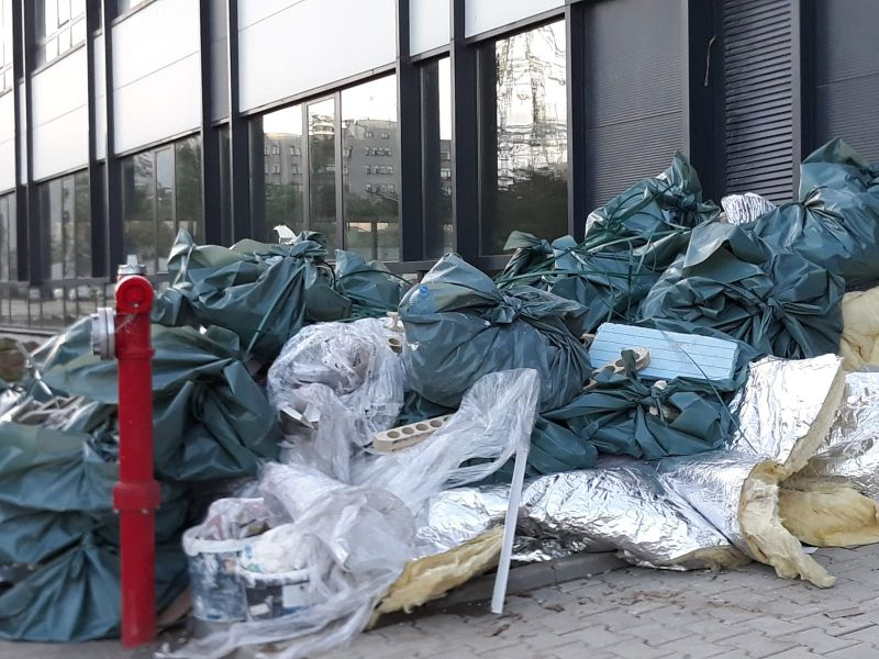 Szárazföldön és vízen is érkezik a hulladék