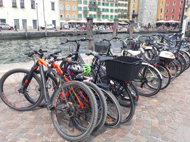 Johannis: Kerékpárparkolókkal kell ellátni a középületeket, piacokat