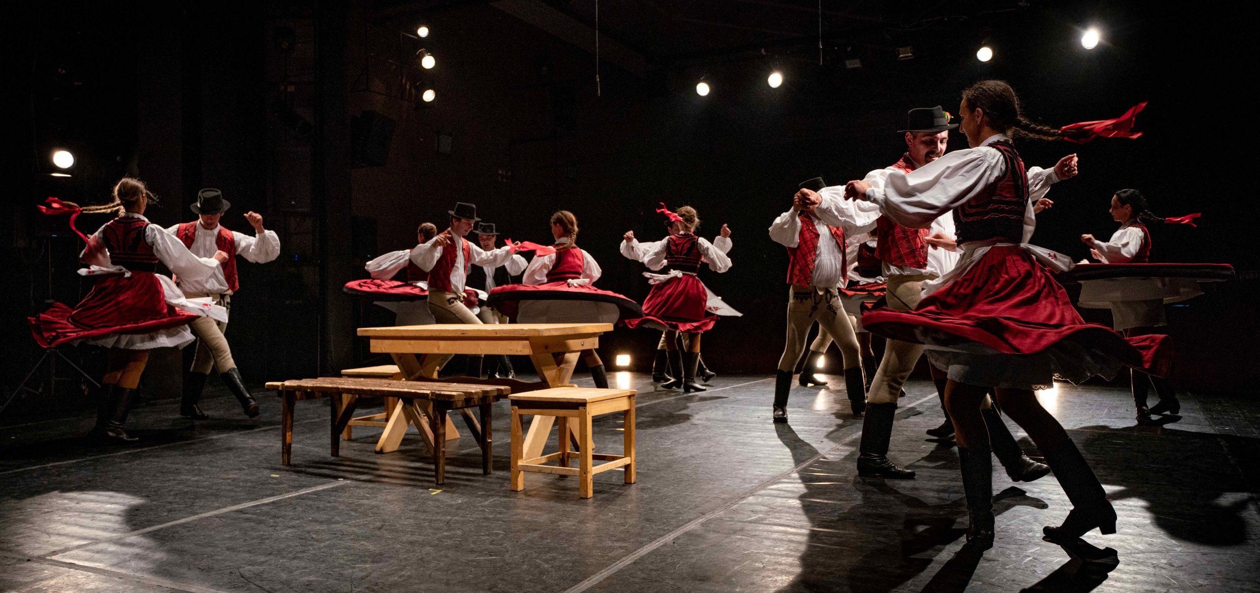 Ismét beltéri színpadon táncoltak Csíkszeredában