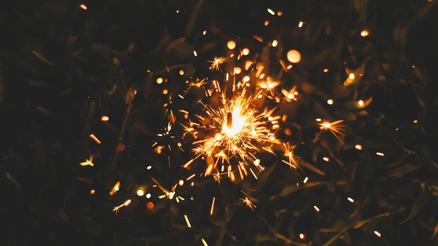 Szeretetben, egészségben gazdag, boldog új esztendőt kívánunk!